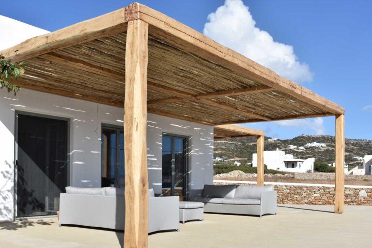 Πέργκολα με παλαιωμένο ξύλο, κρυφούς συνδέσμους και βάσεις στήριξης κολώνας